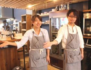 大町店長(右)、久木さんらがお迎えします